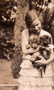 Elisabeth Noelle with two dachshounds in the garden at Limonenstraße 8 in Berlin (1929)