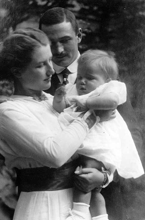Eva und Ernst Noelle mit ihrer Tochter Gisela (1915)