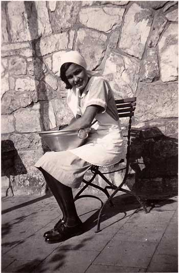 Elisabeth Noelle beim Haushaltsunterricht in der Reinhardswaldschule bei Kassel (1932)