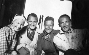 Ski holidays in Zuoz, Switzerland, after graduating from high school: Elisabeth Noelle (left) with Peter Pringsheim (right), Eduard Jung, and his girlfriend (1935)