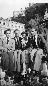 Excursion to Salzburg (1937): Elisabeth Noelle with Pierre Grappin (leftmost) and Joerg Jensen (right)