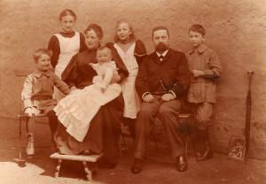 Helene und Ernst Noelle mit ihren Kindern (v.l.n.r.): Hermann, Helene, Agathe, Margarethe und Ernst (um 1895)