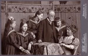 Helene und Fritz Schaper mit ihren Kindern (v.l.n.r.): Dorothea, Hedwig, Eva und Wolfgang (um 1905)