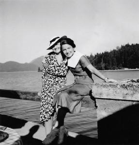 Elisabeth Noelle mit ihrer Mutter am Walchensee bei München (1937)