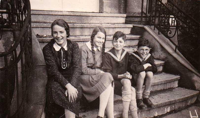 Die vier Noelle-Kinder auf der Treppe vor dem Haus an der Limonenstraße 8 in Berlin: Gisela, Elisabeth, Ernst und Dieter (v.l.n.r.; 1929)