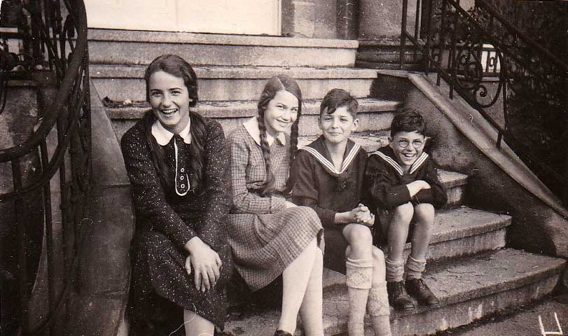The four Noelle-children on the stairs in front of the house at Limonenstraße 8 in Berlin: Gisela, Elisabeth, Ernst and Dieter (f.l.t.r.; 1929)