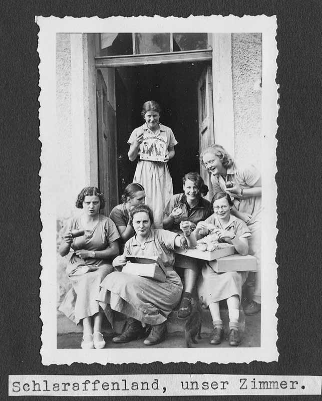 Elisabeth Noelle (3. von rechts) und Imogen Seger (rechts) im Frauenarbeitsdienst in Scharnhorst (1935)